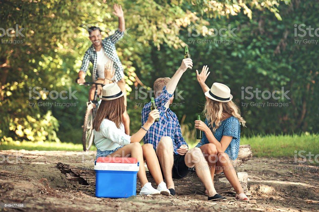 Freunde genießen die Natur - Lizenzfrei Bier Stock-Foto