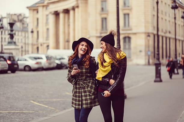 friends enjoying paris - mädchen wochenende stock-fotos und bilder