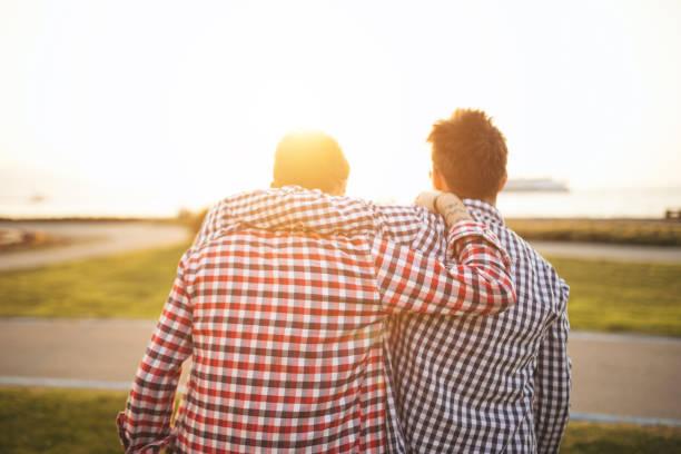 freunde genießen - emoticon hug stock-fotos und bilder