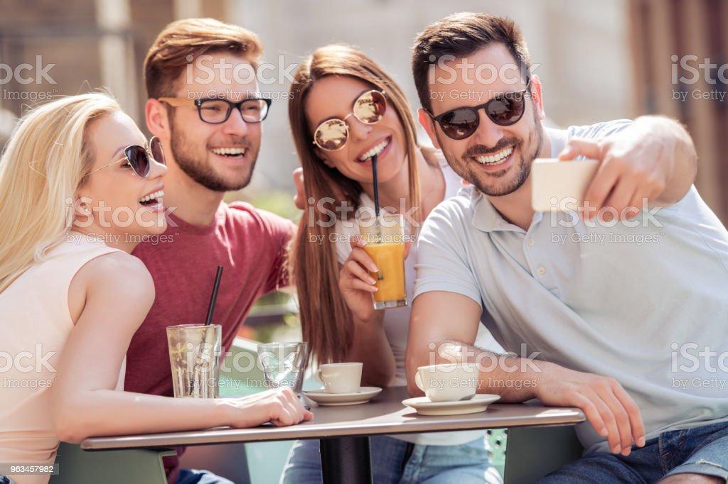 Amigos disfrutando juntos - Foto de stock de Adulto libre de derechos
