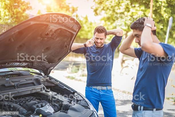Amigos Estudiando Roto Automóvil En Día Soleado Foto de stock y más banco de imágenes de 20 a 29 años