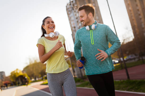 amigos fitness entrenamiento juntos al aire libre vida activa saludable - bienestar fotografías e imágenes de stock