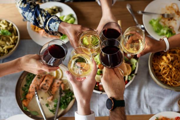 amigos, reunindo tendo comida italiana juntos - comida italiana - fotografias e filmes do acervo