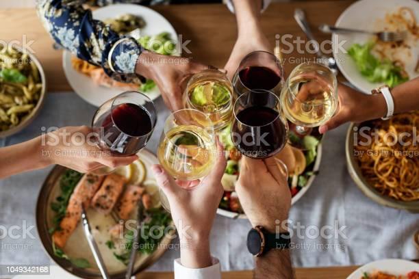 Friends Gathering Having Italian Food Together - Fotografie stock e altre immagini di Adulto