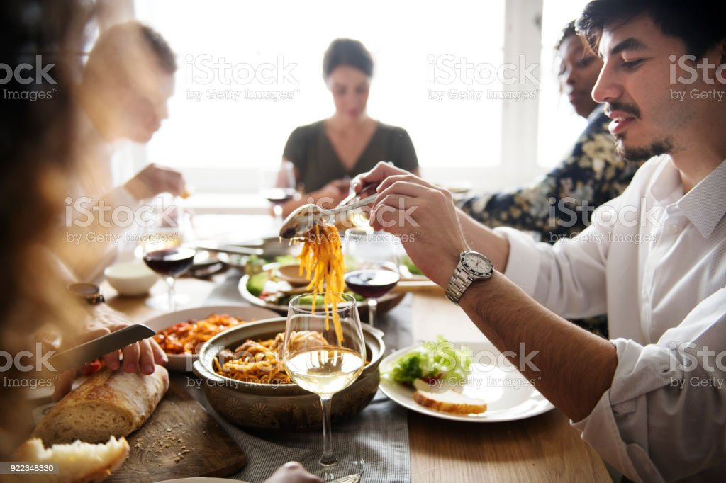 Freunde, die italienische Küche zusammen sammeln – Foto