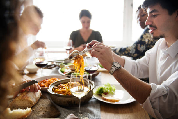 amis de collecte ayant cuisine italienne ensemble - repas amis photos et images de collection