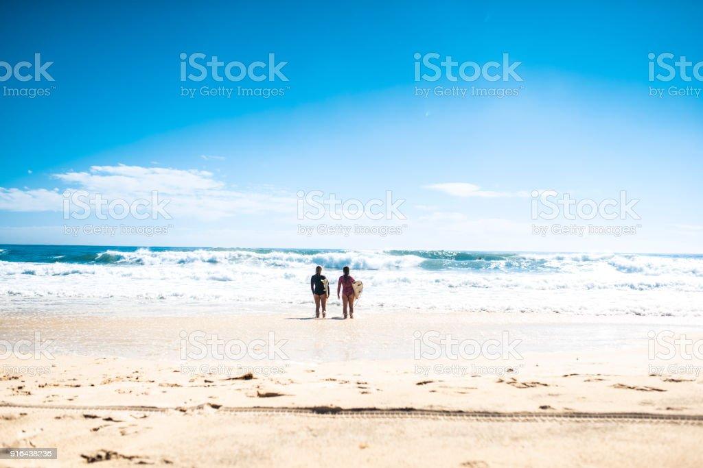 Freunde gehen im Wasser surfen – Foto