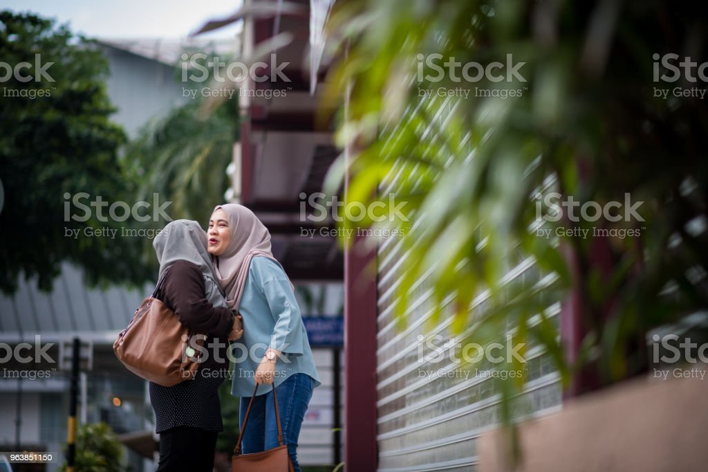 Friends greeting for a day out in the city - Royalty-free 20-24 Years Stock Photo