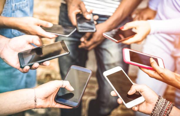 朋友組有上癮的樂趣一起使用智慧手機-手細節分享社交網路上的內容與移動智慧手機-技術概念與人禧線上與手機 - influencer 個照片及圖片檔