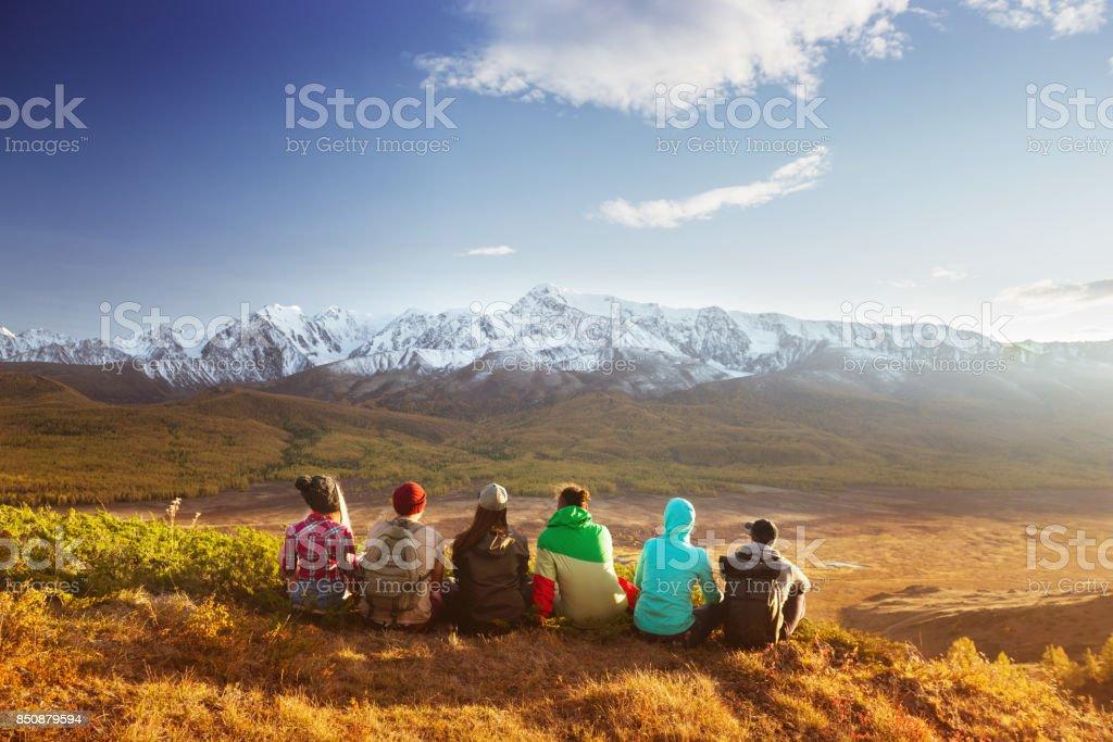Montañas de grupo de amigos viajan concepto - foto de stock
