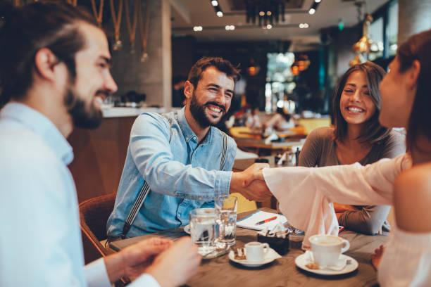 Freunde hängen in einem café – Foto