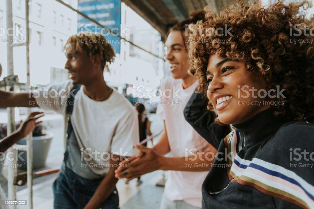 Freunde in der Stadt hängen – Foto