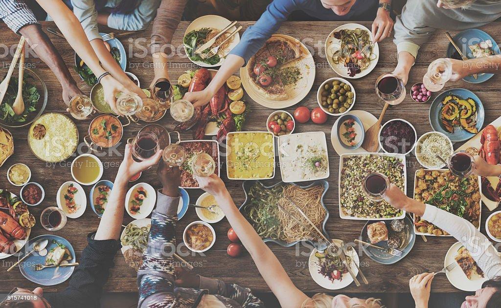 Amigos disfrutando de la felicidad, comiendo concepto de comedor - foto de stock