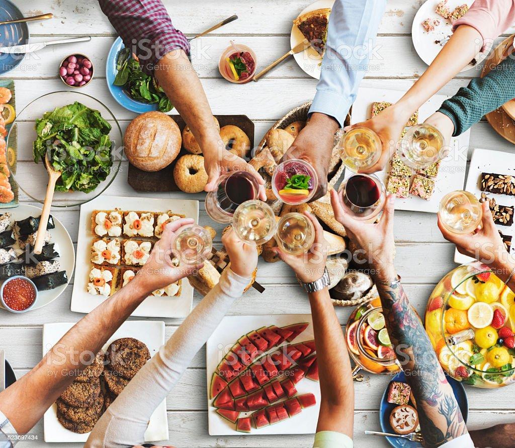 Amigos comendo conceito de felicidade desfrutar de jantar foto de stock royalty-free