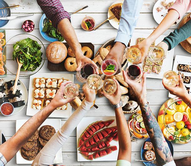 친구와 함께 먹는 컨셉입니다 하는 식사 스톡 사진