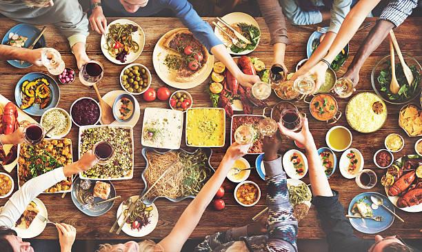 amigos desfrutar sala de jantar comer conceito de felicidade - mediterranean food imagens e fotografias de stock