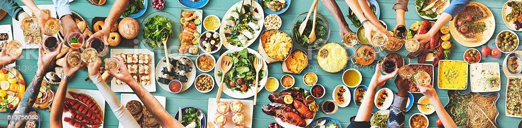 Glücklich Freunde genießen Abendessen Essen-Konzept – Foto