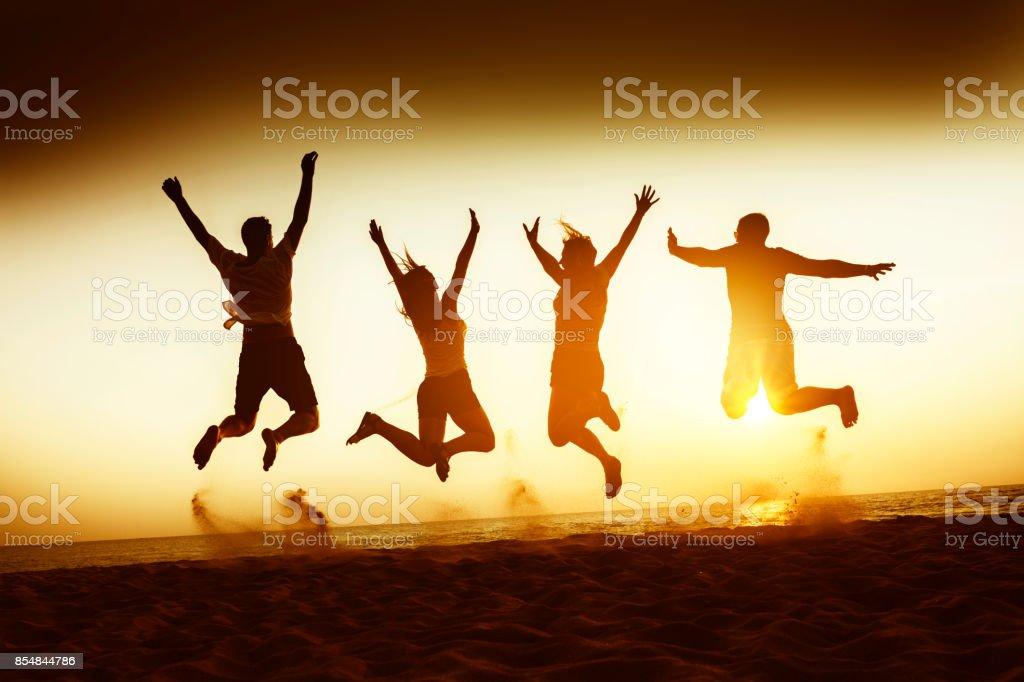 Concepto de amigos felicidad viajes playa - foto de stock