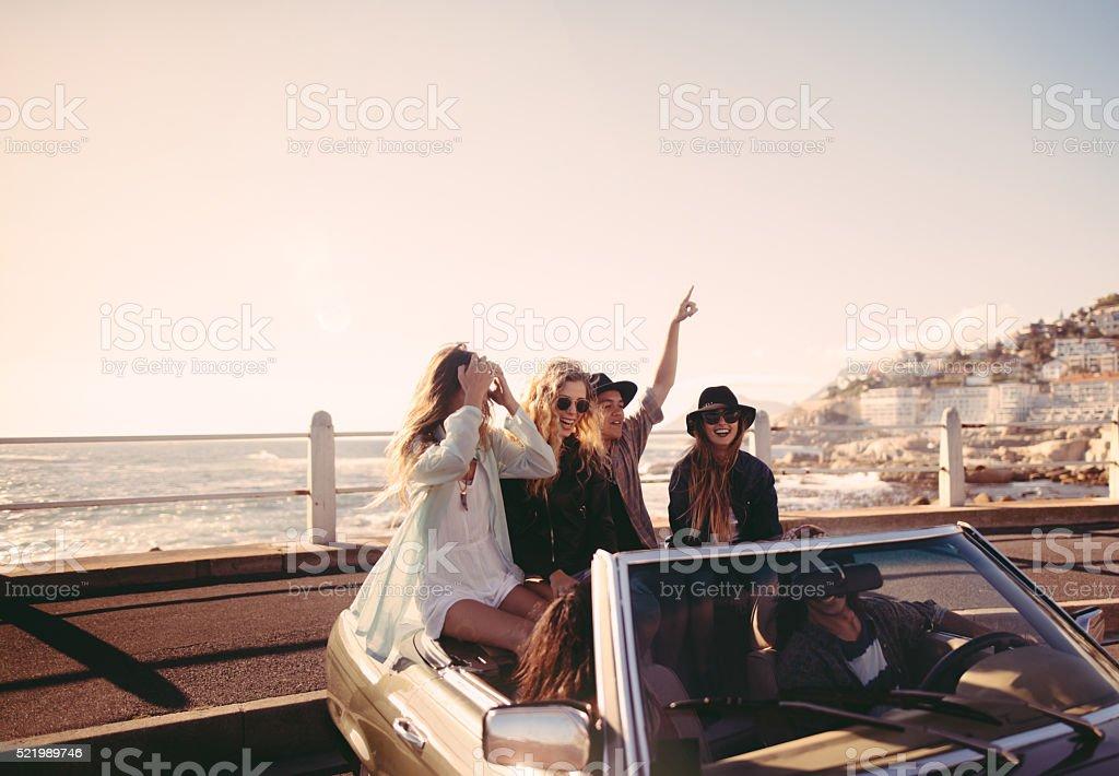 Freunde glücklich, um zum Meer auf Ihrem Ausflug – Foto
