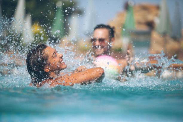 Amis sont amuser à la piscine - Photo