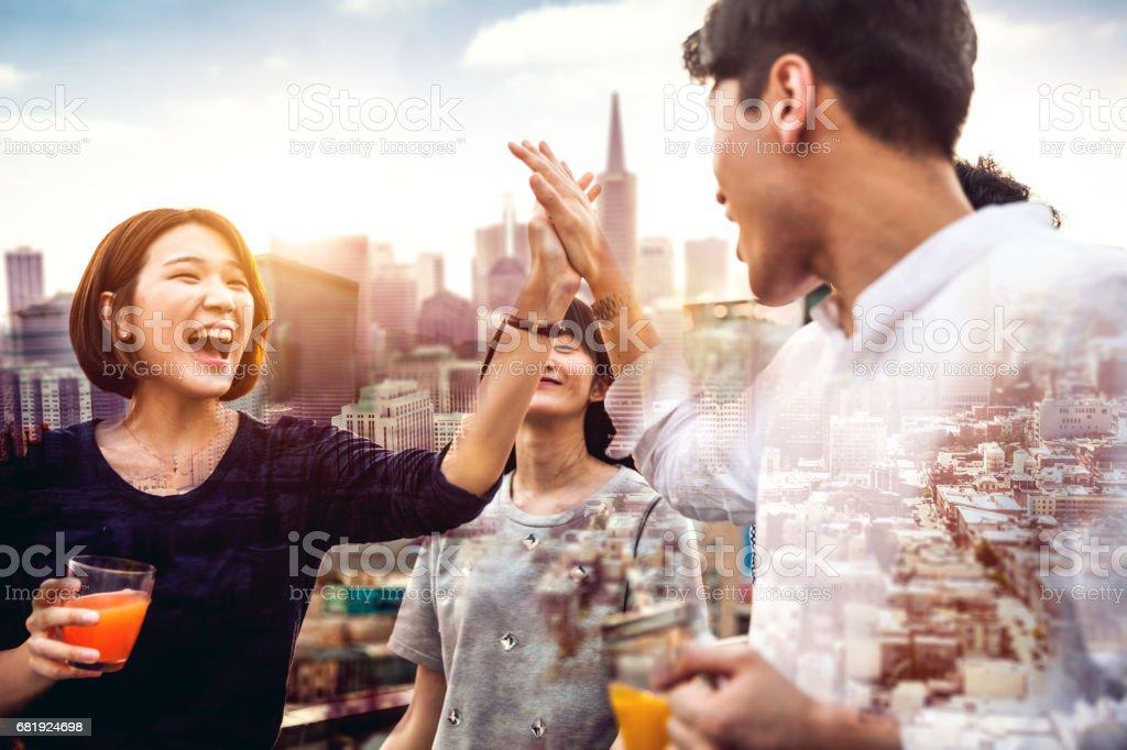 Amis sont amuser dans une fête sur le toit de Séoul - Corée du Sud - Photo