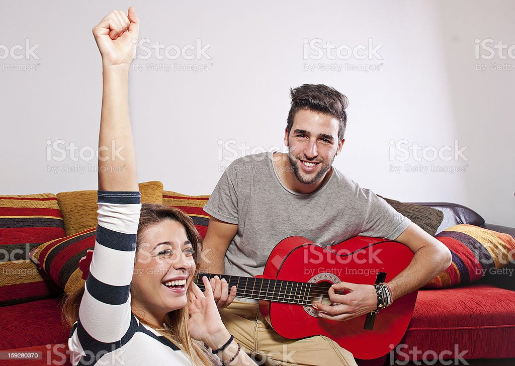 Freunden Spaß spielen der Gitarre – Foto