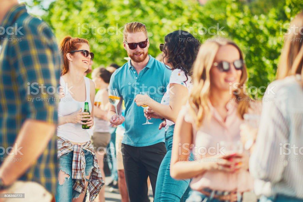 Freunde, die viel Spaß an outdoor-party – Foto