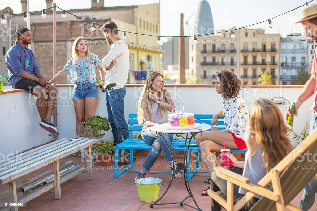 Friends having a party on the terrace - foto de stock