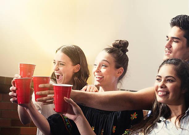 freunde haben eine party - lustige trinkspiele stock-fotos und bilder