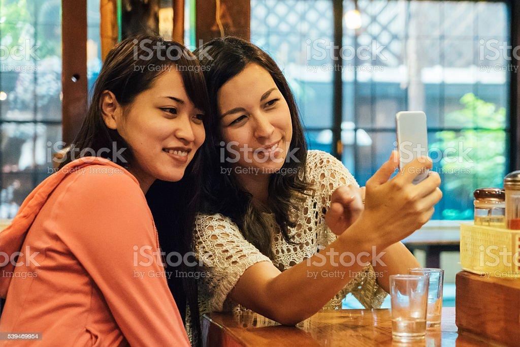 Freunde, die ein Selfie im Restaurant Lizenzfreies stock-foto