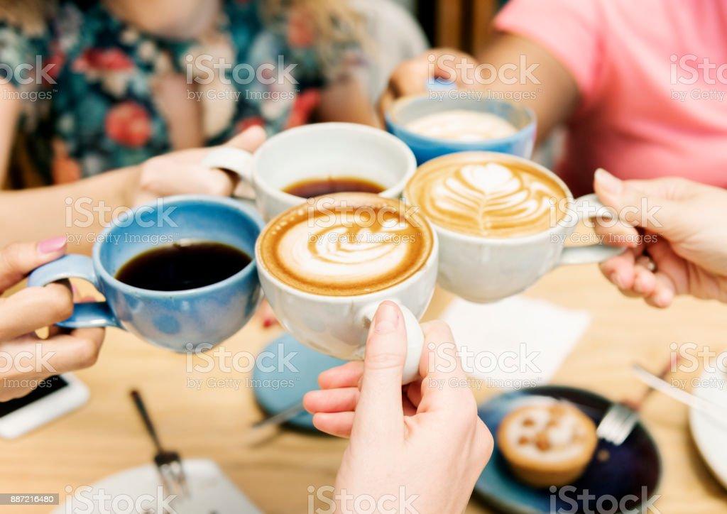 Amigos teniendo un café junto - foto de stock