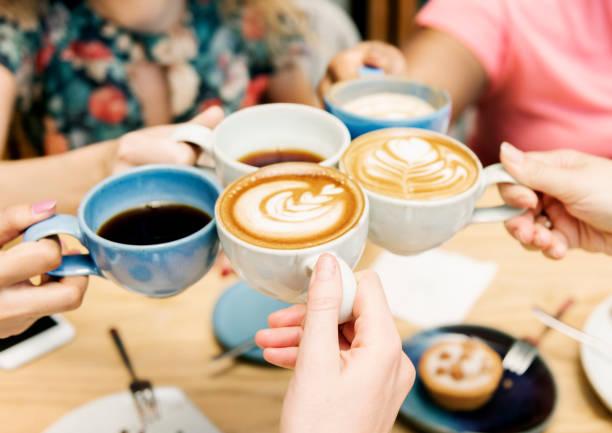 amigos teniendo un café junto - café bebida fotografías e imágenes de stock