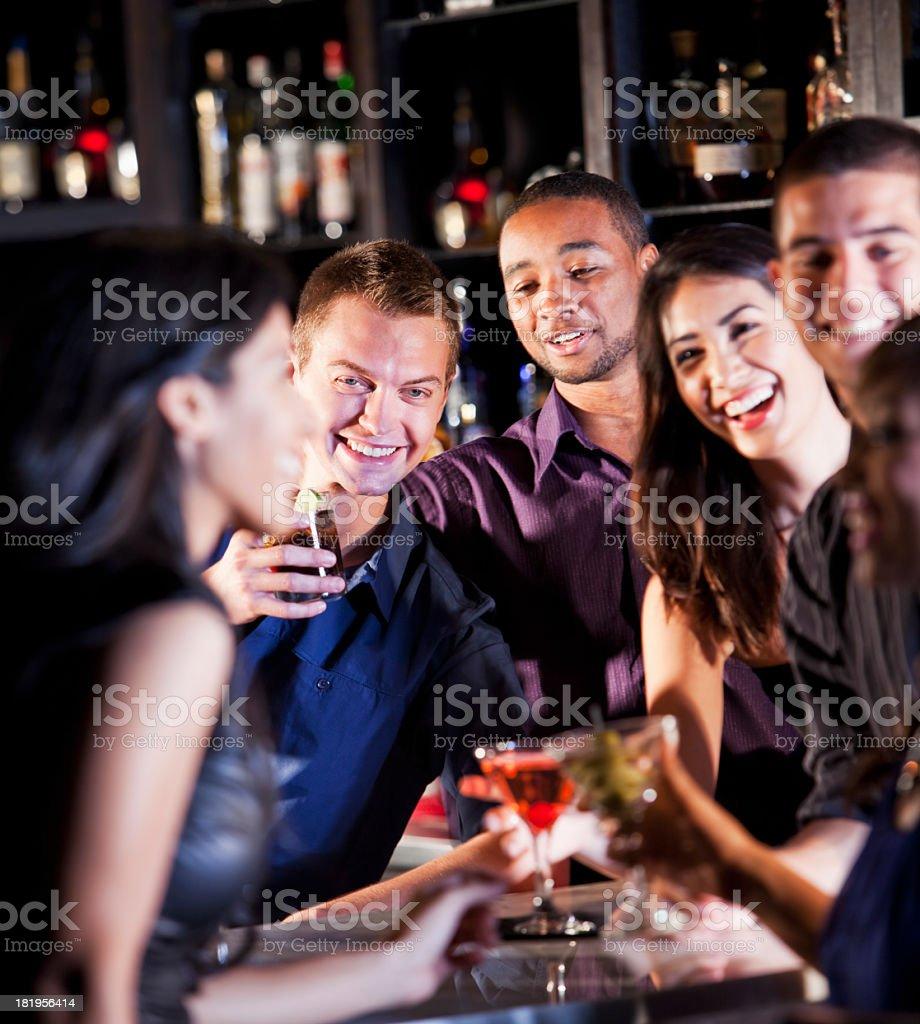 Freunde, die Getränke in der bar – Foto