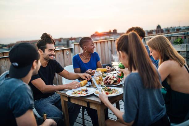 Party-Freunde etwas zu essen auf dem Dach – Foto