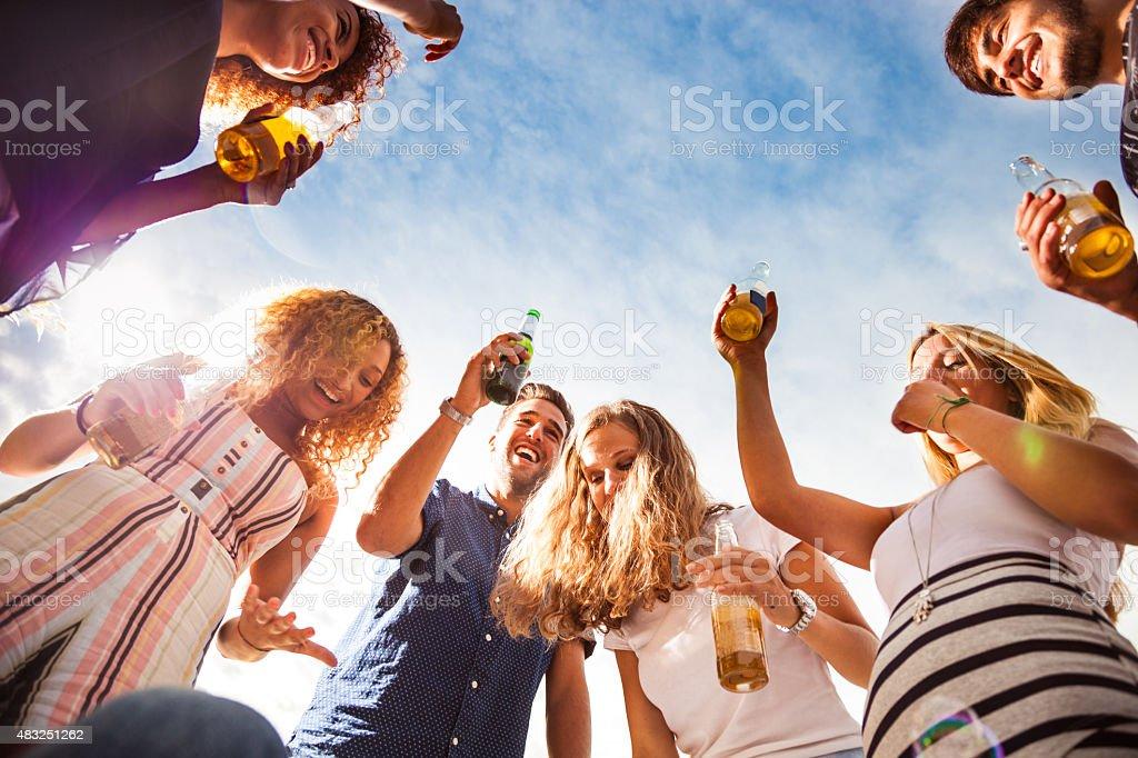 Amis s'amusant et boire une bière en plein air - Photo