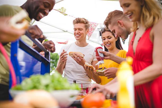 Amis s'amuser à un barbecue - Photo