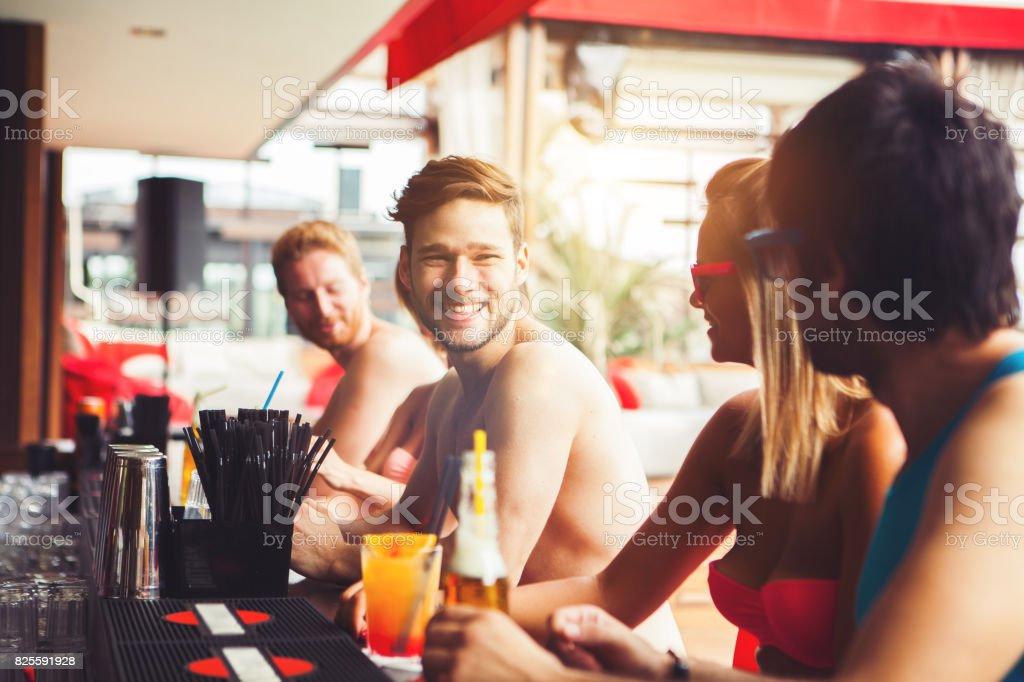 Amis s'amuser au bar de la plage - Photo