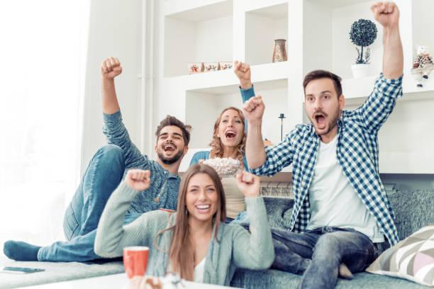Amigos divirtiéndose en casa - foto de stock