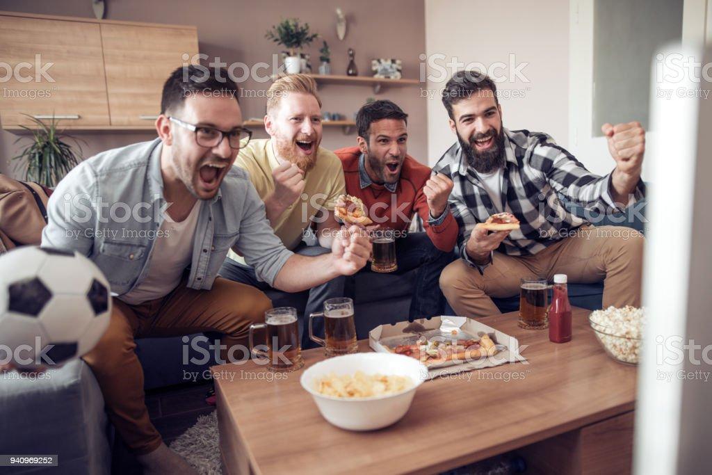Amigos se divertindo em casa - foto de acervo