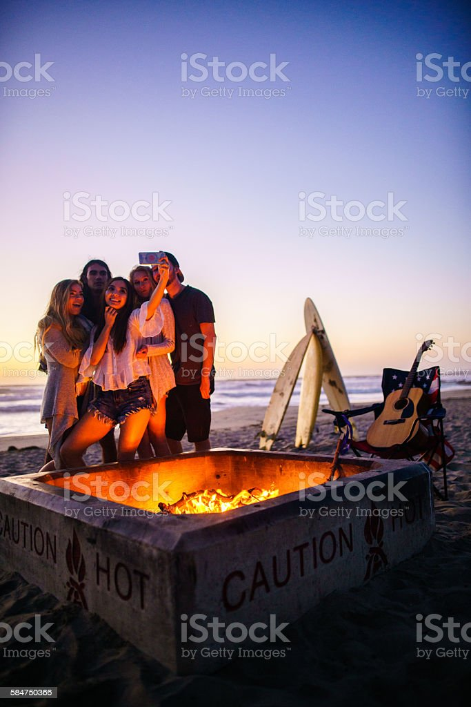 Friends having fun at San Diego beach圖像檔