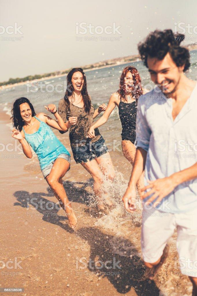 在海灘玩的朋友 免版稅 stock photo