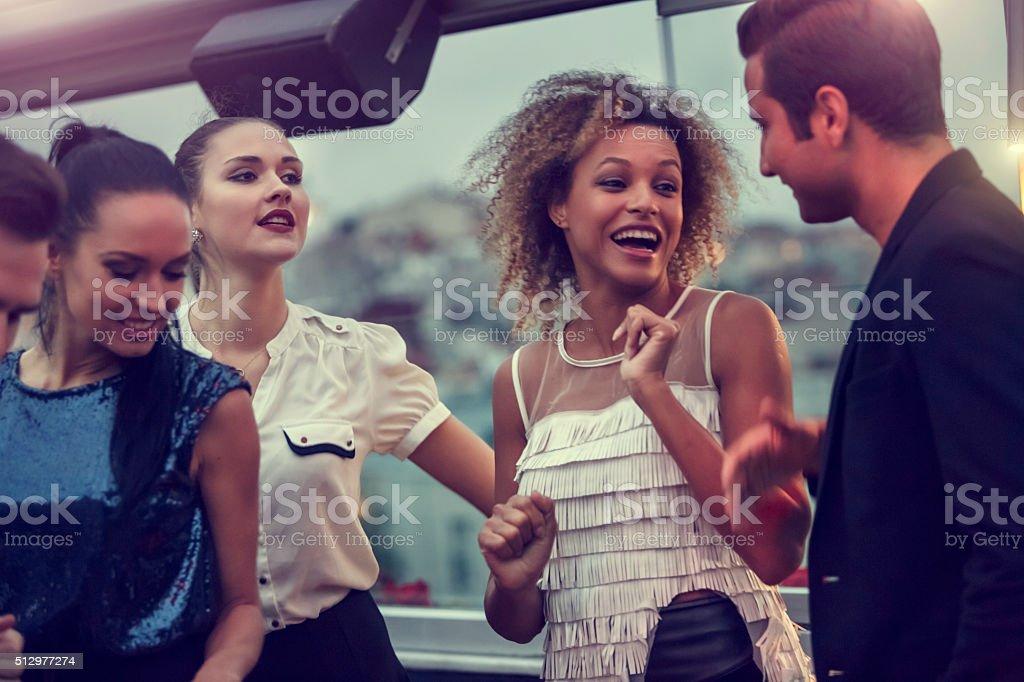 Freunde haben Spaß an der Diskothek – Foto