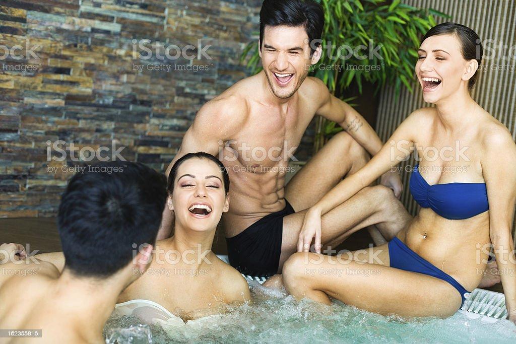Amis s'amusant dans un jacuzzi#174 \;; - Photo