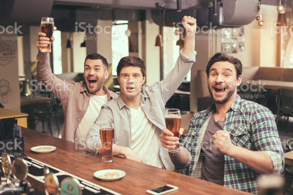 Amigos se divertindo no pub - foto de acervo