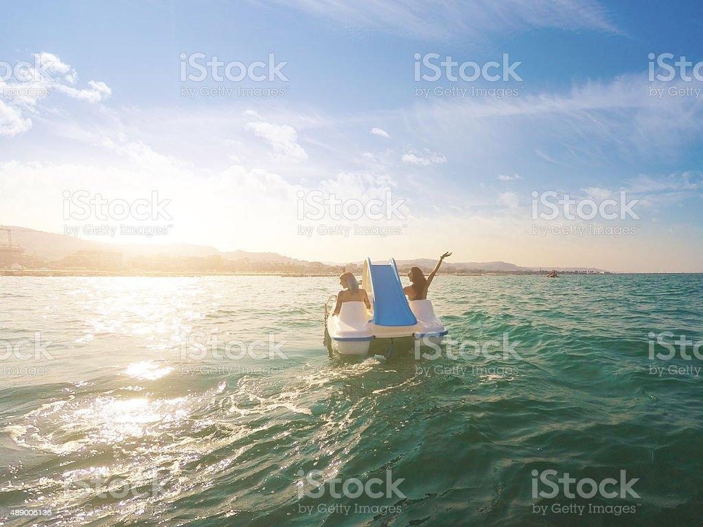 Amigos divirtiéndose en verano - foto de stock