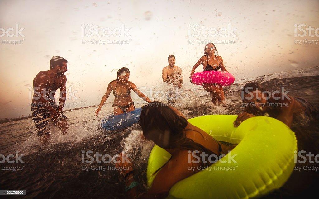 Amis, s'amuser dans la mer - Photo