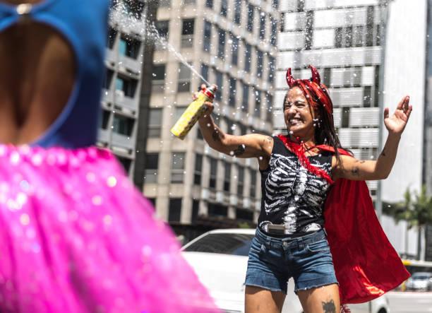 freunde, die spaß auf einer feier karneval in brasilien - coole halloween kostüme stock-fotos und bilder