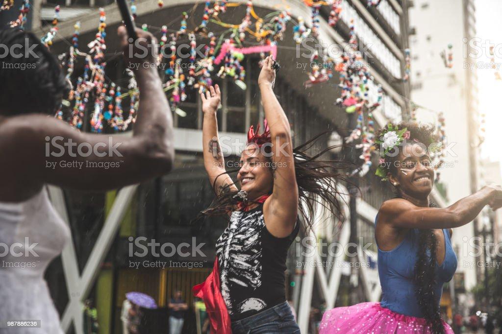 Amigos que se divierten en una fiesta de Carnaval en Brasil - foto de stock
