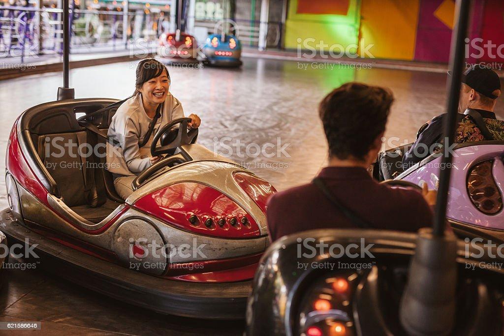 Friends having fun on bumper car ride – Foto