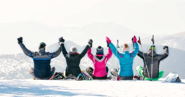 Freunde mit Spaß im Skiurlaub in den Bergen – Foto